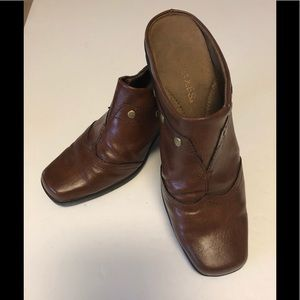 Aerosols woman's brown with gold slide shoes, sz 6